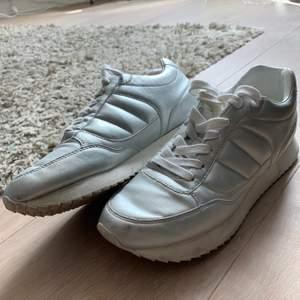 Ett par fräscha sneakers från ZARA i storlek 38. Sparsamt använda pga det vart lite för små för mig. (Liten fläck där fram men går absolut att tvätta bort) En snabb affär uppskattas 💜