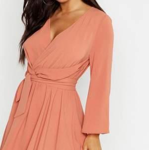 från boohoo. oanvänd kostade 400 kr, jätte fin klänning