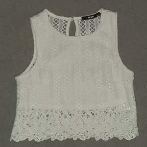 Ett gulligt vitt typ virkat linne.  Genomskinligt på ryggen,kortare som typ en crop top går ungefär till naveln. Köparen betalar frakt 44kr :)