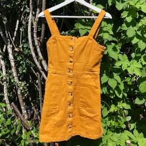 Superfin klänning i nyskick från H&M st. 36 använd 1 gång. Nypris:400kr. Säljer den för 150, frakt tillkommer💛💛