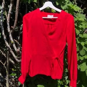 Gullig röd blus från Holly & Whyte i st. S. Använd 1 gång och är i jättefint skick, lite ostrykt på bilden bara. Säljer för 100kr, frakt tillkommer!❤️