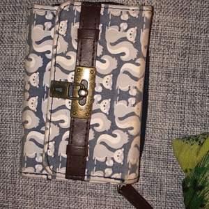 Säljer min söta plånbok då jag använder en annan! Köpt på butiken Claries🧡Köpt för 249kr om jag minns rätt!