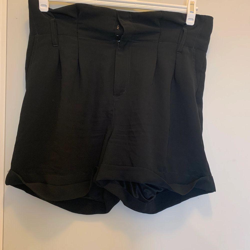 Svarta kostymshorts från hm i storlek 38. Bra skick! Hör av dig om du undrar något, köparen står för frakt💓. Shorts.