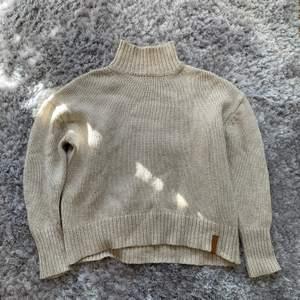En stickad tröja från lager 157 i storlek XS, sitter super bra och jätte fin beige färg! köparen står för frakten❣️ vid yttligare frågor bara att kontakta mig😊