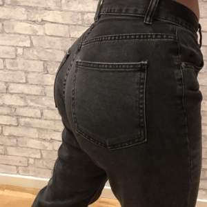 helt nya! loose fitted jeans (lite tajta på mig då de är lite små), sitter tajt i midjan så man behöver inte skärp, lång model på byxan. säljs då dom bara legat i garderoben och skräpat!🥰 PRIS KAN DISKUTERAS VID SNABB AFFÄRR!! (köpare står för frakt)