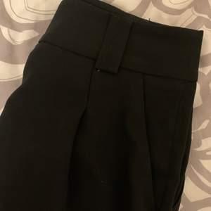 """Shorts med """"modellen"""" av kostymbyxor. Funkar perfekt till finare tillställningar på varma dagar. Nyskick! Köparen står för frakten🥰"""