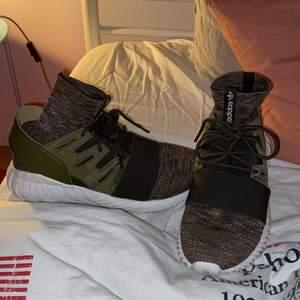 Köpta i USA, bra skick förutom lite smutsiga på undersidan men inga synliga skador. Ett par adidas skor med strumpa. Köparen står för frakt.