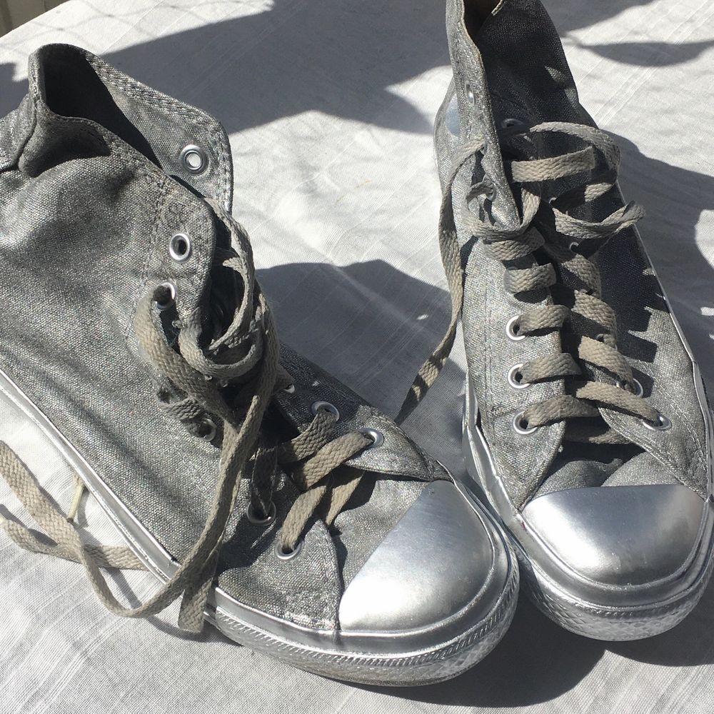 Äkta converse, strl 42. Kanske piffa upp med ett par nya skosnören? 🕺 Köparen betalar frakt på 79kr! . Skor.