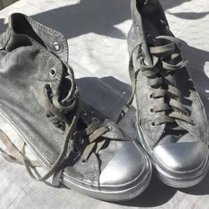 Äkta converse, strl 42. Kanske piffa upp med ett par nya skosnören? 🕺 Köparen betalar frakt på 79kr!