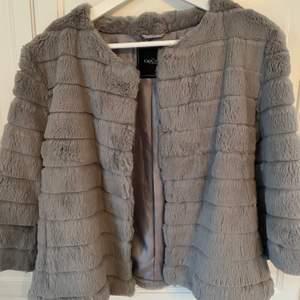 Säljer mina fina pälsjacka pga att jag inte använder den längre, lite kortare i ärmarna. Frakten tillkommer 😘