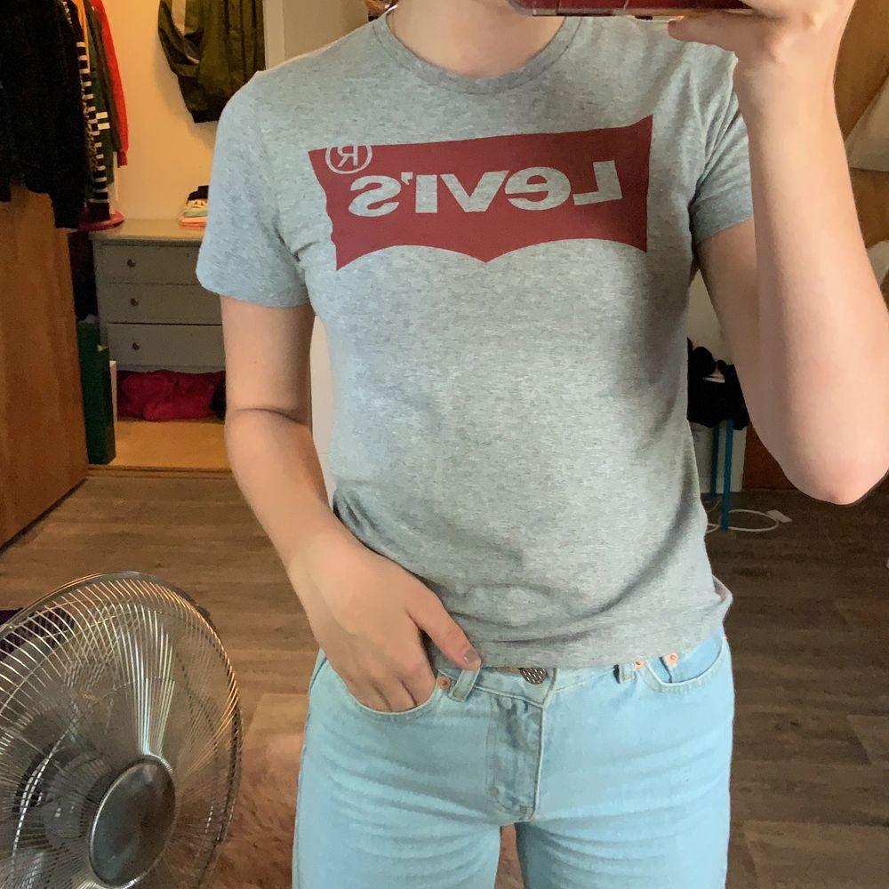 Använd ett fåtal gånger för några år sedan, köptes på piraia 2017. Storlek 10 barnstorlek vilket även passar ungefär xxs/xs. . T-shirts.