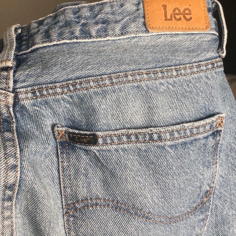Knappt använda snygga jeans från Lee. Skulle uppskatta storleken till ca 29/32. Skriv för mer bilder, frakten står köparen för💗😊. Jeans & Byxor.