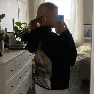 Säljer en supercool och skön oversized hoodie med tryck på ryggen!💖  den är köpt på afound och är från märket Nydén! Storlek xs, men som sagt är den oversized så på mig sitter den ungefär som en M. Möts helst upp i Stockholm, men kan även frakta 😄