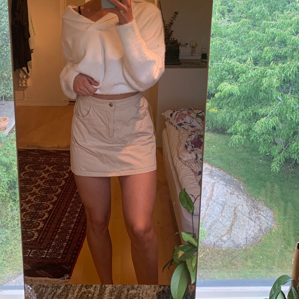 Beige kjol från en gullig liten butik i Barcelona. Storlek står inte men passar mig som är XS-S. Resår i bakkant. . Kjolar.