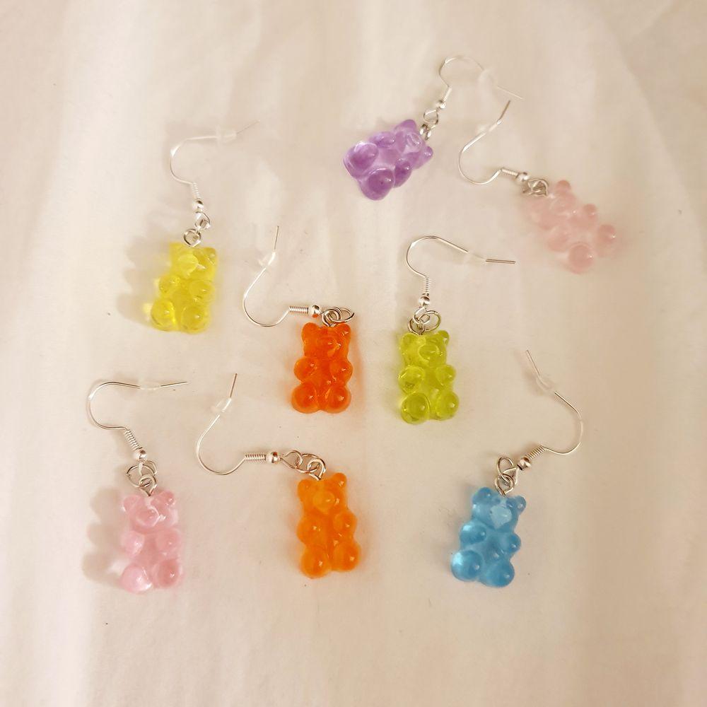 Trendiga gummibjörnsörhängern, nickelfria!. Finns i färgerna lila, blå, gul, grön, röd, orange, rosa och ljusrosa, finns endast ett begränsat antal. 29 kr/par+11 kr frakt🌟💗. Accessoarer.