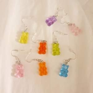 Trendiga gummibjörnsörhängern, nickelfria!. Finns i färgerna lila, blå, gul, grön, röd, orange, rosa och ljusrosa, finns endast ett begränsat antal. 29 kr/par+11 kr frakt🌟💗