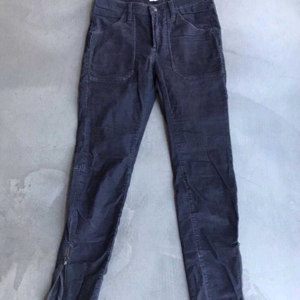 Lilaaktiga lowwaist tighta manchesterbyxor med dragkedjor vid anklarna. Har även bakfickor. . Jeans & Byxor.