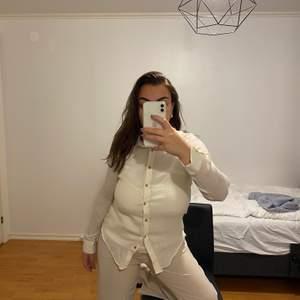 Skjorta i en väldigt fin off white färg. Från zara. Köparen står för frakt eller möts upp i Göteborg!
