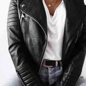 Säljer min skinnjacka från chiquelle. (Moto Jacket black heter den på hemsidan) Storlek M/40 men passar även mig som har storlek S. Den är i väldigt bra skick (typ som ny) och är bara använd lite en vinter. Köptes för 699kr och säljer för 490kr (bilderna är tagna från nätet)