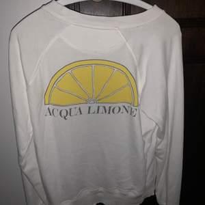 Acqua limone sweatshirt i storlek xs. Köpt för 800kr, änvänd max 3 gånger, den är helt som ny. (första bilden e baksidan, och andra är framsidan )