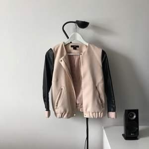 En supersnygg gammeldagsrosa jacka från H&M med gulddetaljer och fuskläder på ärmarna. Använd men hel och ren! Frakt på 63kr (spårbart) tillkommer om den ska skickas!