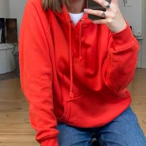 Supermysig BikBok hoodie köpt för ca. 2 år sedan. Den har blivit använd en del men är fortfarande asskön och färgen e ju jättefin🧡 Har klippt ur lappen så är lite osäker på stl, men den passar såhär på mig som är en S/M!! :) Skriv om du vill ha fler bilder eller har nån annan fråga❣️