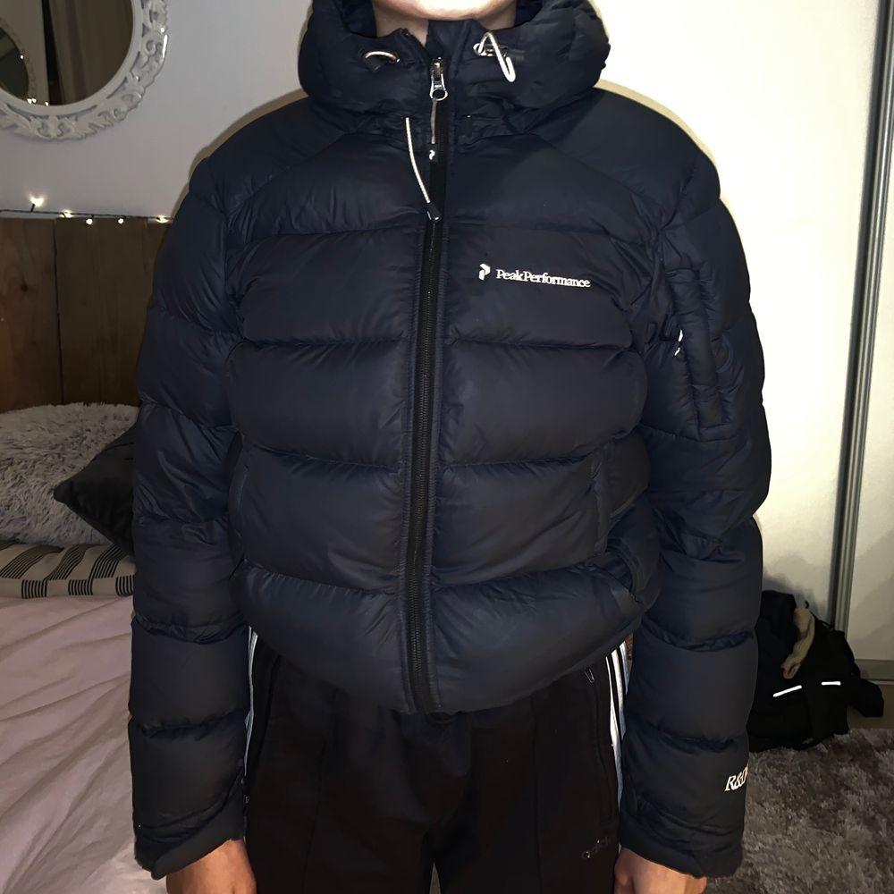 Nästan oanvänd äkta jacka från peak performance!:))väldigt varm å skön, din vinterjacka  frakta eller möta upp !:) köpte helt ny!. Jackor.