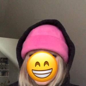 Supercool rosa mössa jag fick i present! Skrikig rosa färg som verkligen kan förhöja en outfit😁 säljer då rosa dock inte riktigt är min färg+pengabrist!