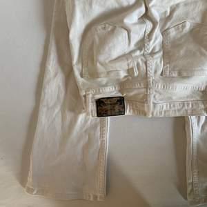 Vita bootcut jeans från crooker. Storlek 34-36 bra längd för mig som är 168cm
