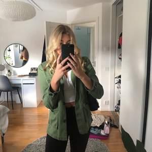 Säljer min SNYGGA gröna jacka från Zara. Tror inte jackan finns kvar längre men är inte säker. Jackan är från barnavdelningen i storlek 170 men skulle säga att den är som Xs. Lite kortare i ärmarna. Säljer pga att den är för liten för mig. 150kr+frakt