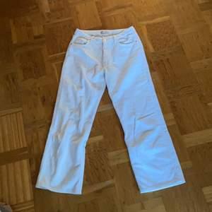 Säljer vita manchesterbyxor från Zara. Endast använda en gång. Säljes pga för korta för mig (176) och för stora. Passar förmodligen bättre på 38✨