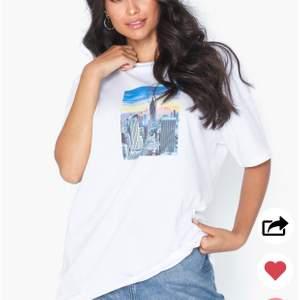 Snygg t-shirt i en lite längre/oversized modell med tryck på bröstet, svin snygg till ljusa jeans! Slutsåld på hemsidan. Använd kanske 1 gång. Köparen betalar för frakt