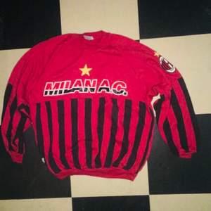 Röd Ac Milan tröja, från Serie A officiell merchandise🦆str S/M🦆 bra skick, använd fåtal gånger🦆 köpare står för frakt 🚚