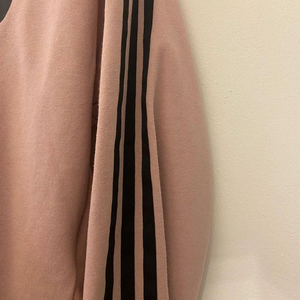 Fin adidas tröja, bra skick. Rosa/beige/lila. Storlek 34/36.. Tröjor & Koftor.