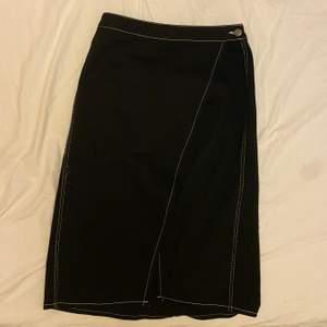 Säljer denna jättefina kjol från Zara i storlek M då den är förstor för mig, den är endast använd ett fåtal gånger och därför i ett bra skick😚😚