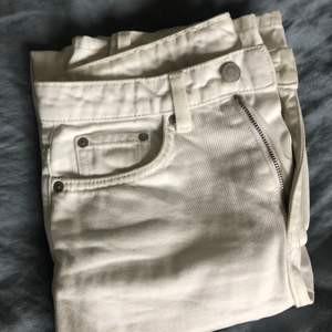 Weekday jeans i färgen loved white och modellen voyage. Storlek w24 l30