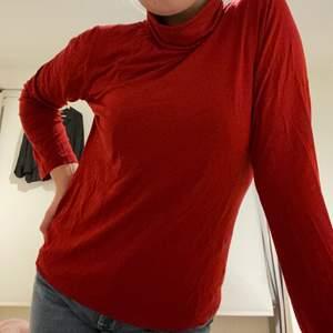 Står ingen storlek i tröjan tyvärr. Polon är superbekväm och fin i färgen.✨