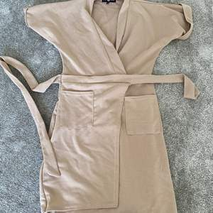 Omlott klänning med fickor, gammalrosa. Strl S/M