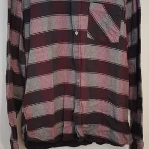 Flanell skjorta från carlings, rödrutig/randig