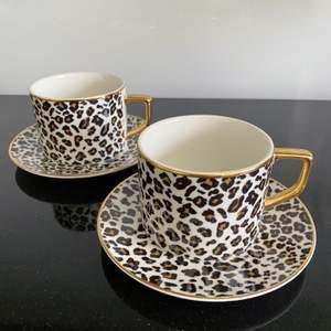 Söta leopard muggar och fat från HM. 2 muggar & 2 fat för 120kr, möts bara upp då jag inte kan skicka dessa! Väldigt fint skick är dom i!