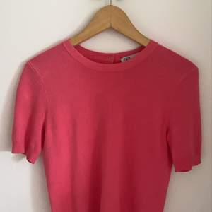 En tröja från zara med kortare ärmar i storlek medium, men sitter som s och passar xs jättefint också:) Bå baksidan har den fungerande knappar. Frakt tillkommer💕