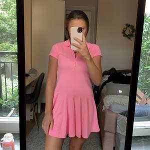 Säljer min helt oanvända superfina klänning från Ralph lauren. Storlek 14 ungdom, men passar mig som är en 34/36. Köpt i london. Nypris 500