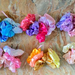 Hej! Säljer scrunchies i olika färger. Material: Satäng/Satin ❤️ Pris: 15kr/st ✨ 60kr/ 5 st ✨ 100kr/ 10st✨