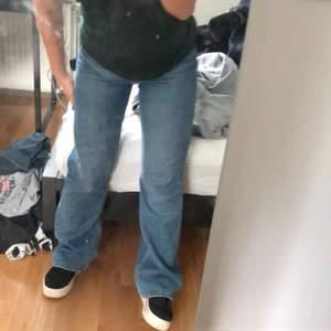 Ett par straight 90s jeans från Weekday i modellen Mile Marfa Blue och storlek 24/30. De är varsamt använda. Pris kan diskuteras vid snabb affär!