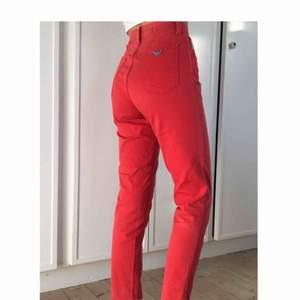 Supersnygga röda mom jeans från Armani Mycket bra skick, insydda i midjan, mer som färgen på bild 1🤩🤩💃🏻💅🏼
