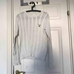 En vit kabelstickad tröja från Bondelid i storlek M. Tröjan är i bra skick! Kan mötas upp i Uppsala eller så står köparen för frakt.