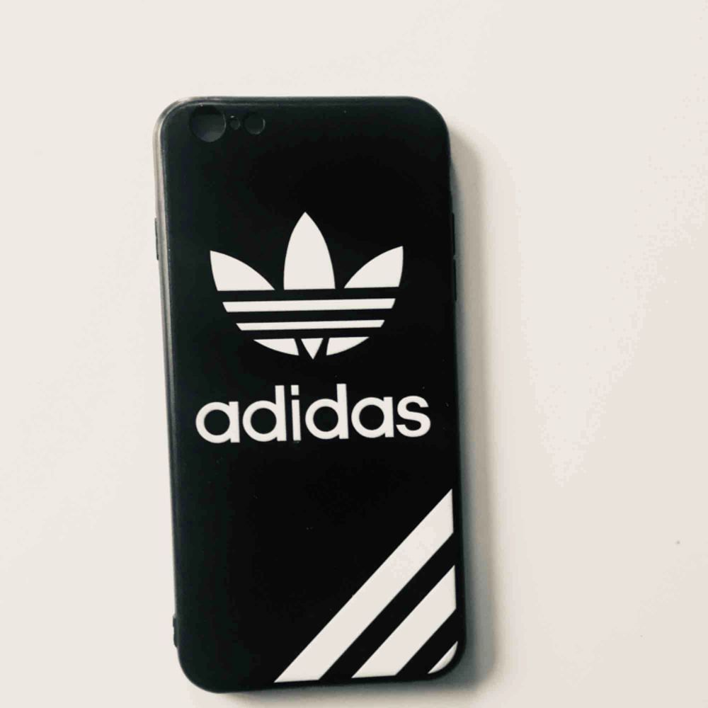 Adidas mobilskal, passar IPhone 6 Plus  Nyskick, aldrig använd bara provad. Accessoarer.