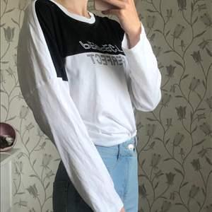 Svart och vit långärmad tröja! Frakt: Diskuteras vid köp ✨🌿