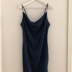 Mörkblå, romantisk klänning i silke. Storlek EU. Aldrig använt då bysten är för stor för mig.