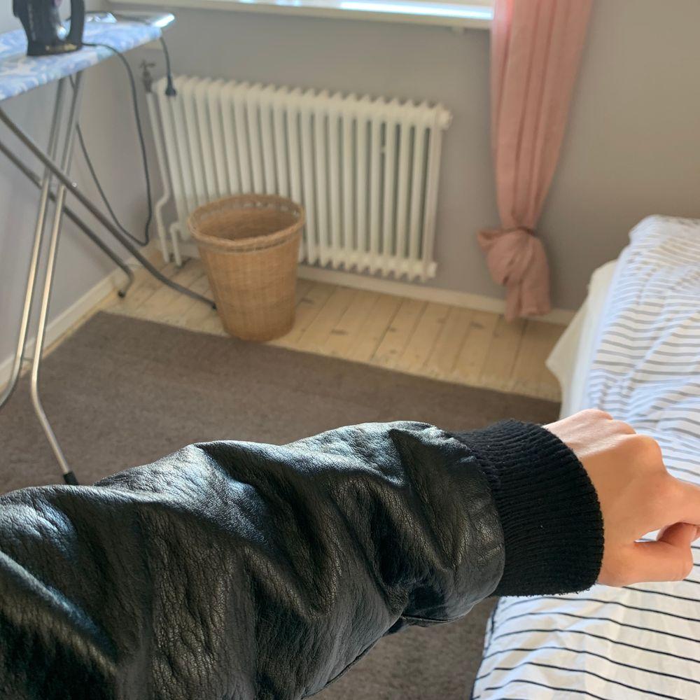 Säljer min snygga baseballjacka köpt i Danmark. Sitter oversized på mig med S i jackor, kan nog massa M också! Skriv för bättre bilder så kan jag fixa. Buda från 150!💓. Jackor.